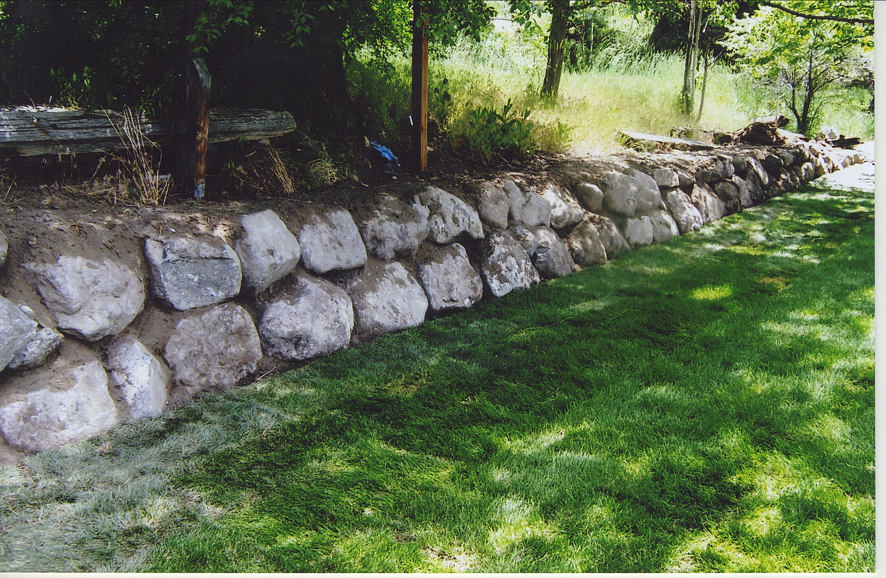 How to build a natural stone retaining wall the right way for Natural rock landscaping